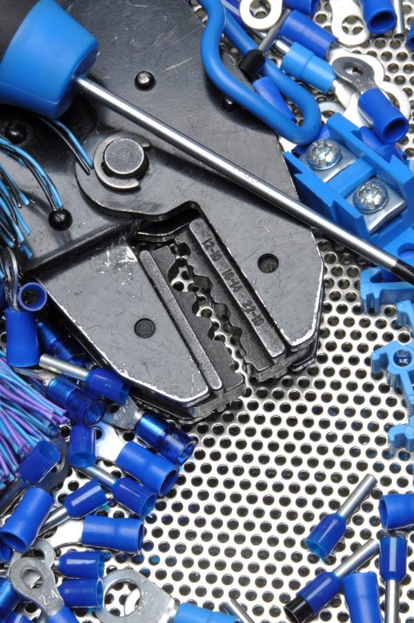 narzędzia elektryczne niezbędne do wykonywania usług